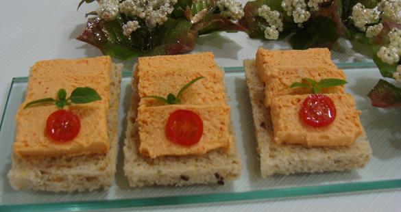Canapés com mousse de salmão