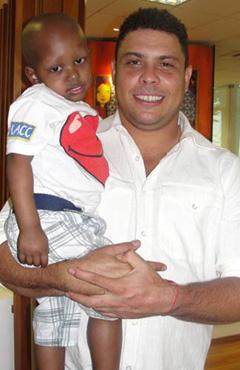 Ronaldo e crianças da AACC