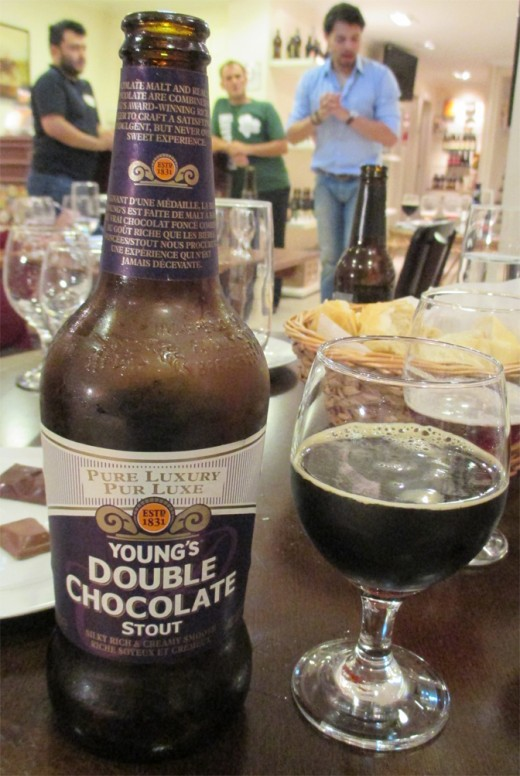 A cerveja britânica Young's Double Chocolate Stout harmonizada com chocolate meio amargo (Foto: Marcos Garcia/PPOW)