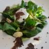 Salada de baby rúcula com ovo pouchet, lascas de trufas negras e um molhinho delicioso