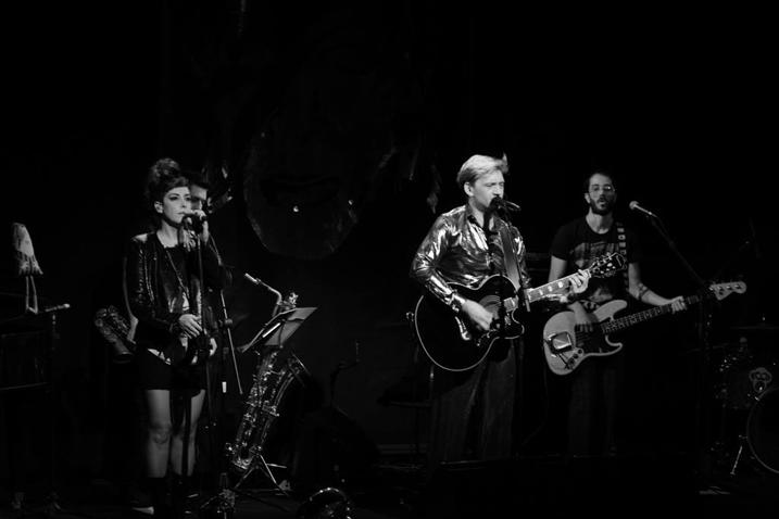 """Heroes"" se apresenta e toca clássicos de David Bowie"