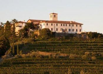 A Abazzia di Rosazzo rodeada por seus vinhedos