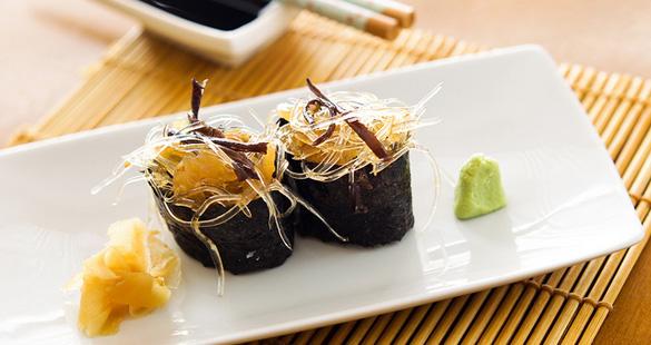 Sushi de barbatana de tubarão com água viva