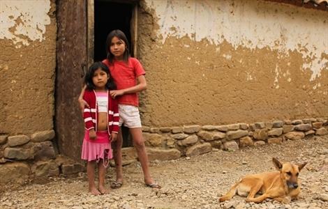 Sônia, 11 anos, e Érica, de 5. Todos na família, menos Érica, têm Chagas. Sônia teve reação alérgica e suspendeu o tramento. Não há um medicamento de uso pediátrico, por isso as crianças são mais vulneráveis aos efeitos do tratamento. Isso reflete o descaso da indústria farmacêutica com a doença.