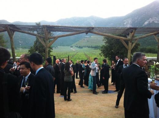 Convidados celebrando a inauguração do Seña Biodinamic Centre no Vale de Aconcágua