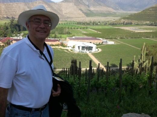 Luiz Gastão no Vinhedo MAX 1 com a Bodega Ícono ,ondeŽ produzido o Se–a e o Vi ñedo Chadwick, ao fundo