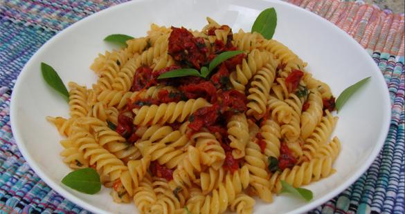 Salada de macarrão com tomates secos