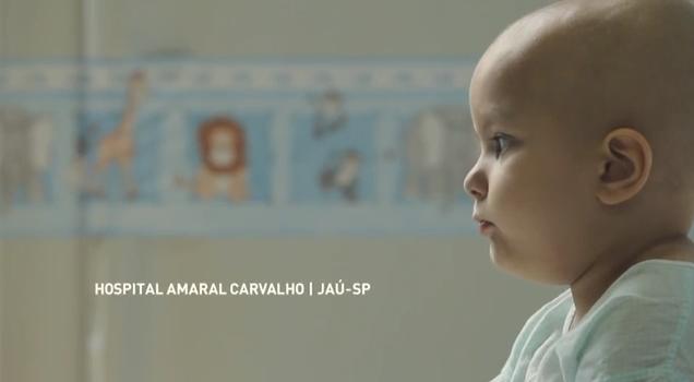 Ursinho Elo leva msgs via whatsapp à crianças com câncer