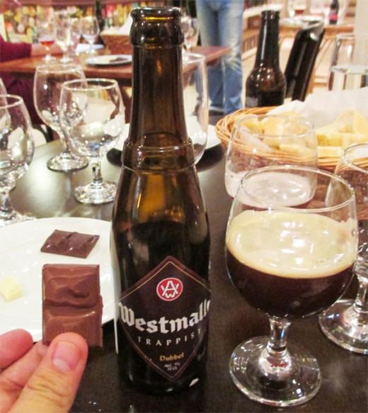 A cerveja belga Westmalle Trappist Dubbel harmonizada com chocolate ao leite (Foto: Marcos Garcia/PPOW)