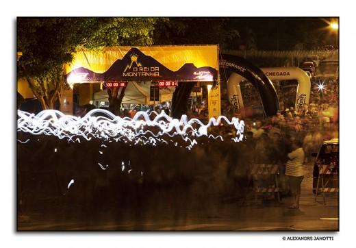 Headlamps iluminam a largada do O Rei da Montanha Noturna (Sabaúna, Mogi das Cruzes - outubro de 2014)