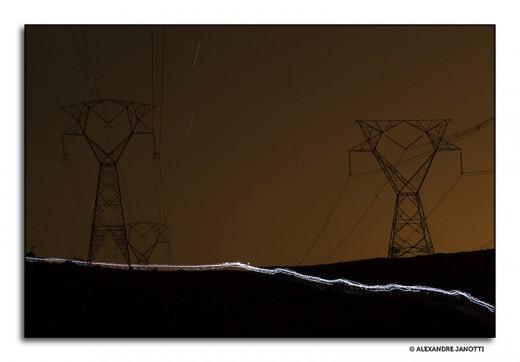 Competidores formam um rastro de luz em trilhas de Sabaúna (O Rei da Montanha Noturna, outubro de 2014)