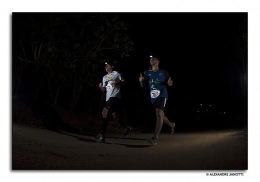 Atletas correm nas estradas de Sabaúna  (O Rei da Montanha Noturna, outubro de 2014)