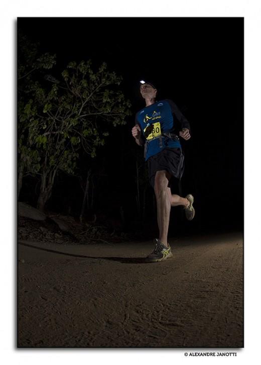 Atleta corre nas estradas de Sabaúna  (O Rei da Montanha Noturna, outubro de 2014)