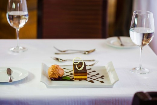 Marquise-de-chocolate-com-biscoitos-de-avelã-e-sorvete-artesanal-de-morango-e-manjericão