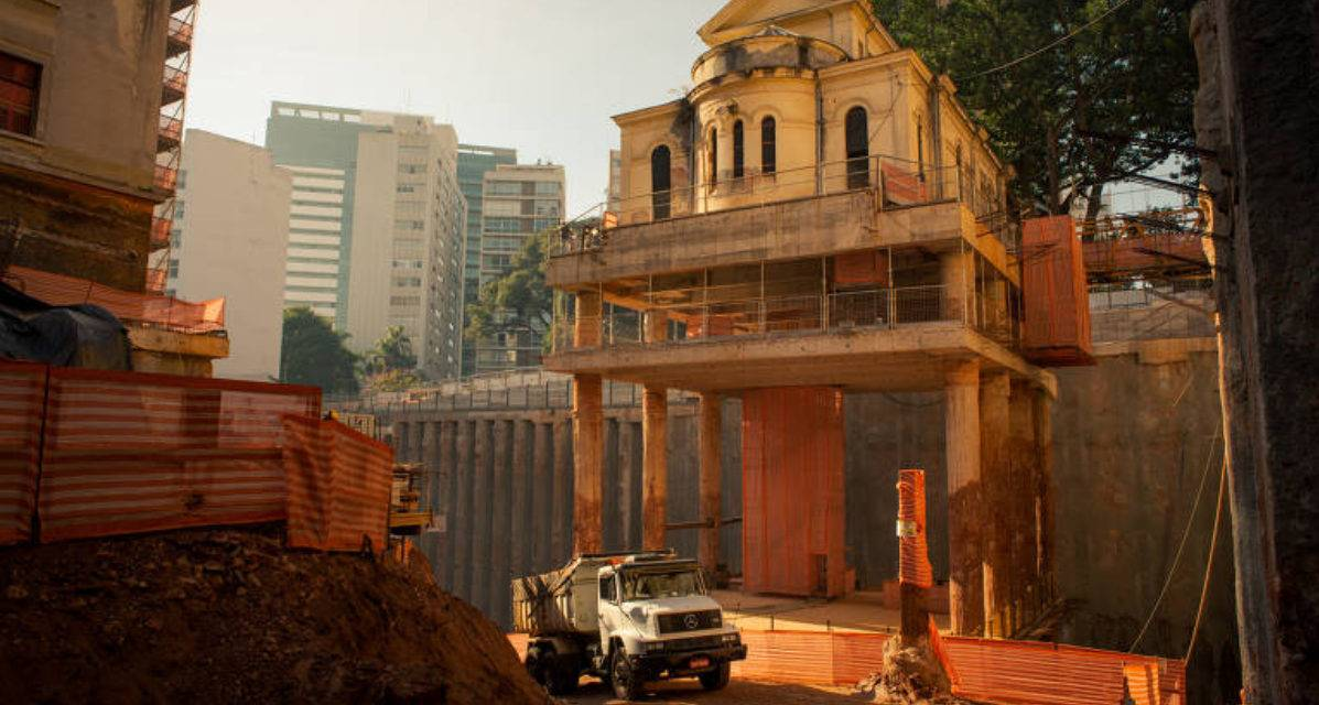 Igreja tombada flutua em meio á obra na região central de São Paulo